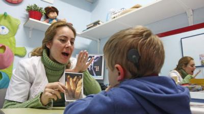 Andalucía incluirá desde septiembre los implantes cocleares bilaterales para menores con sordera